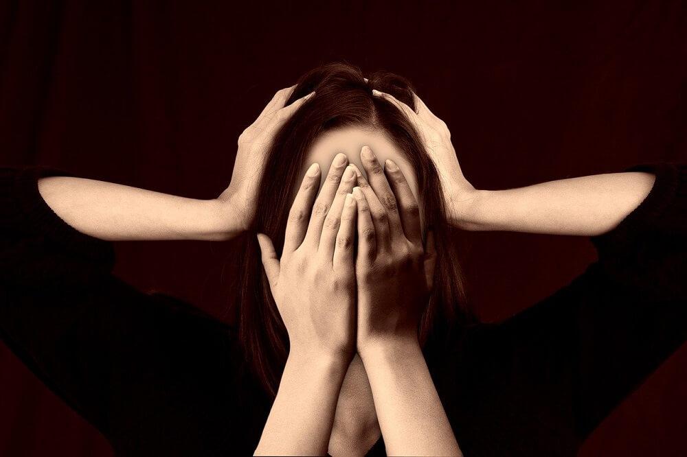 ארבע ידיים מחזיקים ראש של אישה