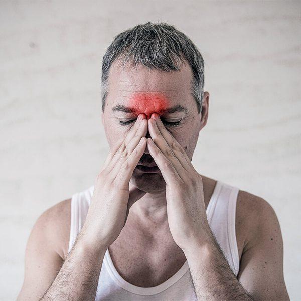 טיפול טבעי בסינוסיטיס - אדם שם ידיים על גשר האף